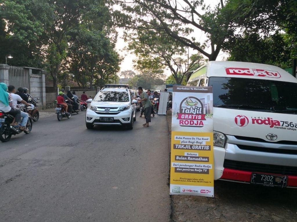 Pembagian Takjil di Jl. Raya Jonggol