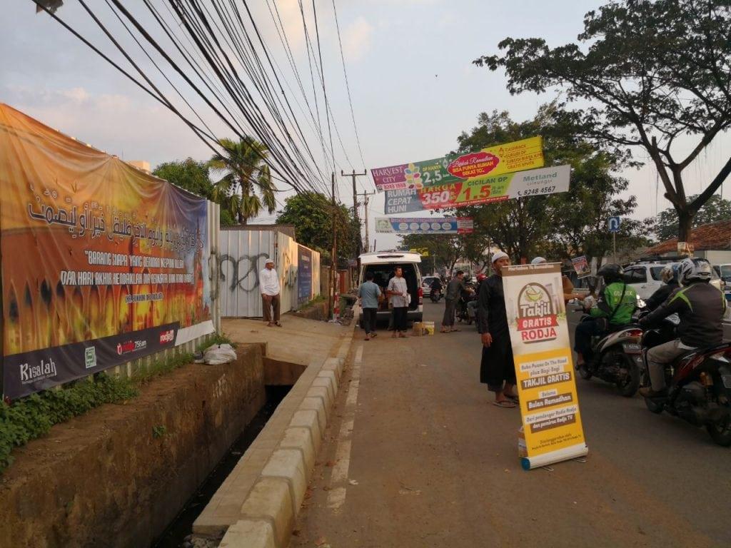 Pembagian Takjil di Jl. Alternatif Cibubur - Masjid Al Barkah Cileungsi